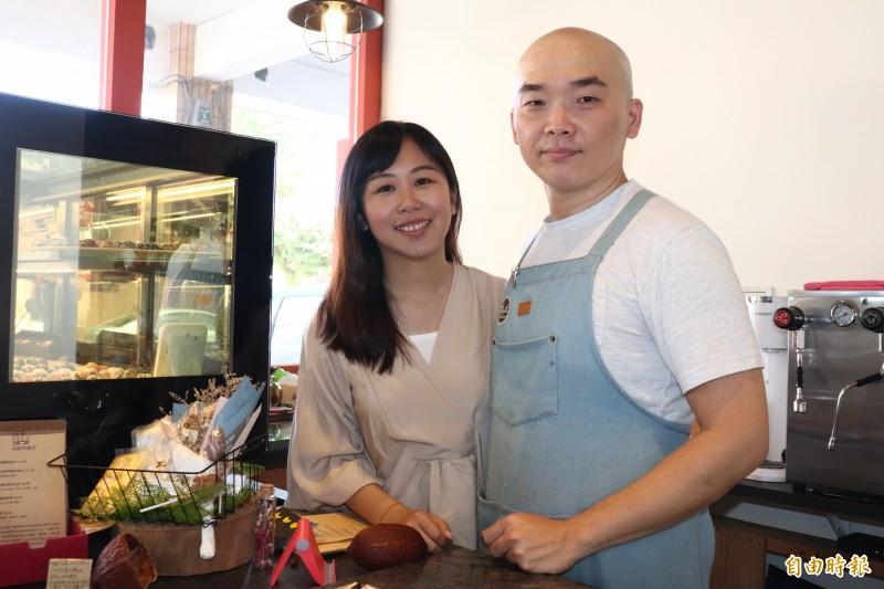 32歲的巧克力師黃仲磊(右)與太太郭純伶(左)同為高雄人,是佛光大學心理系的同學。(記者林敬倫攝)