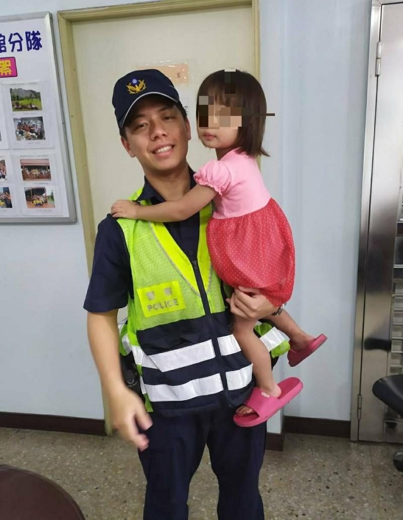 警員充當臨時保母,安撫女童情緒。(圖由警方提供)