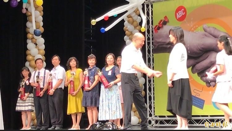 幼兒園長鄭淑蓮(右)沒跟韓國瑜握手。(記者洪臣宏攝)