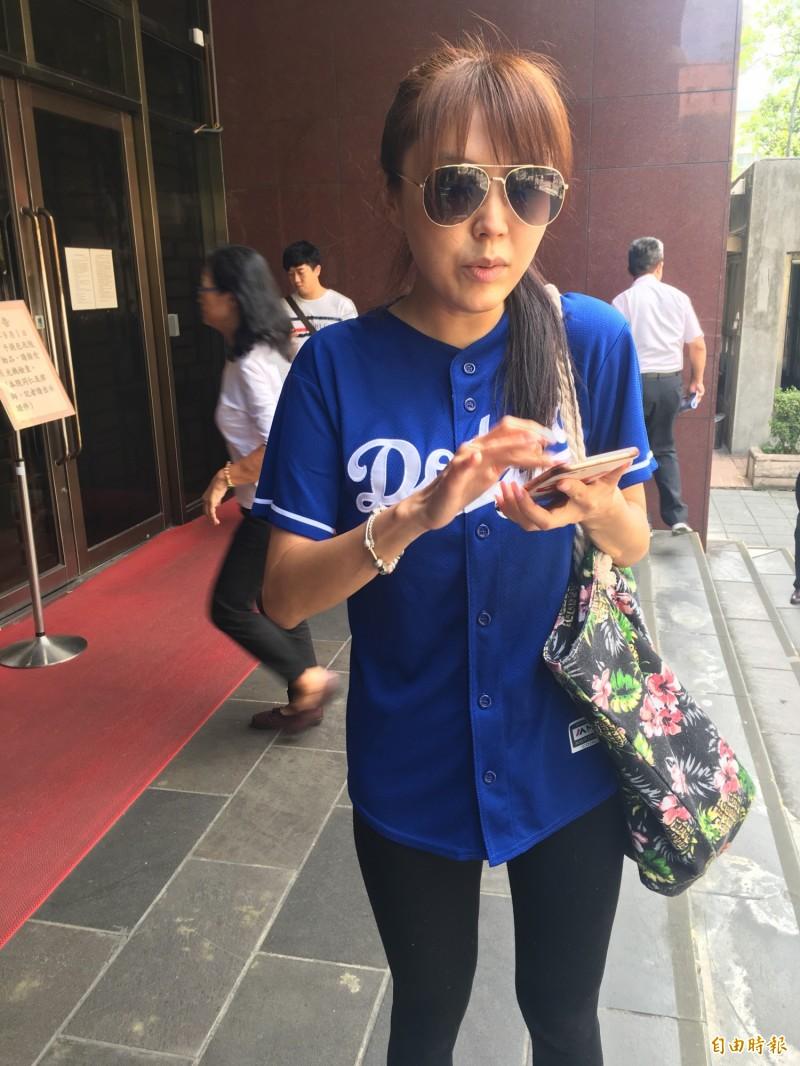 藝人劉樂妍被導演關驊控告公然侮辱,今天到台北地院出庭。(記者張文川攝)