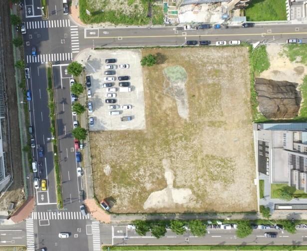 新竹縣竹北市文興路與莊敬南路口的自強段168號停車場用地,將以興建營運移轉(BOT)方式開發,目前正上網公告招商。(新竹縣政府提供)
