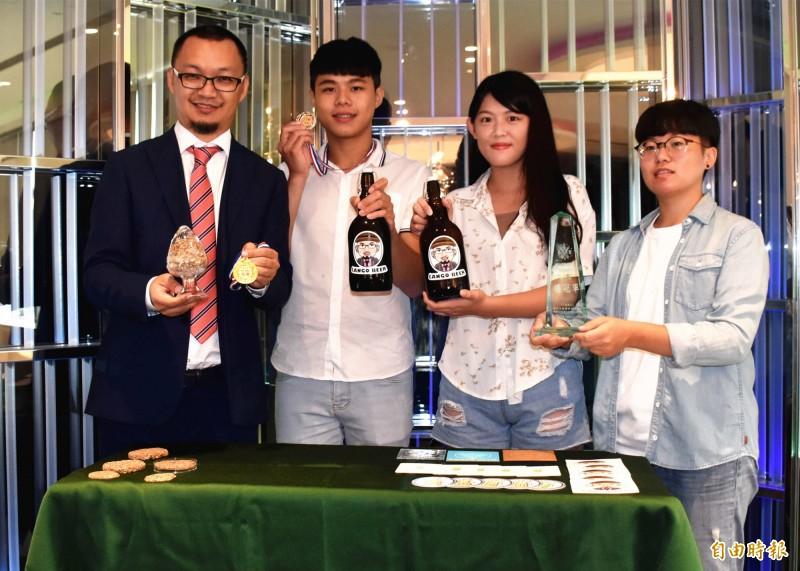 元智化材系教授藍祺偉(左1)開辦創客課程,帶領學生參加自釀啤酒大賽獲學術組總冠軍殊榮。(記者李容萍攝)<br /><p>☆飲酒過量  有害健康  禁止酒駕☆