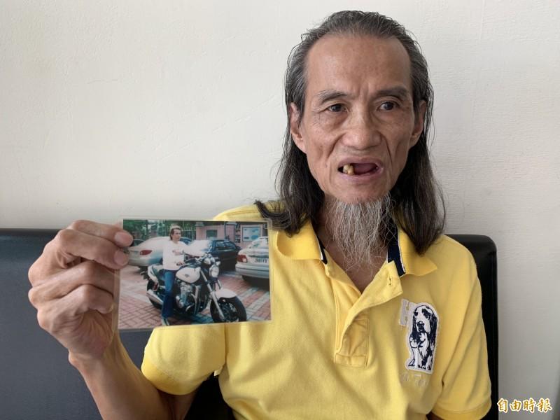 蘇先生手拿之前60幾公斤的照片,現在剩3顆牙。(記者蔡淑媛攝)