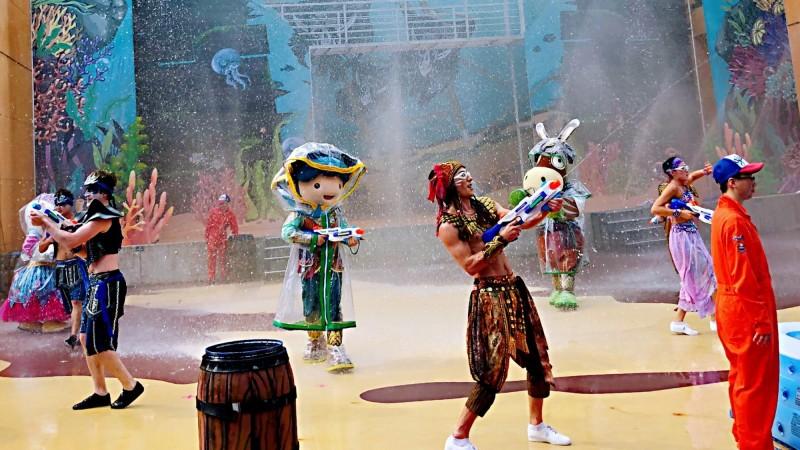 遊樂園中秋舉辦「夜電人生」派對,可以體驗在夜間打水戰的樂趣。(圖/義大皇家酒店提供)