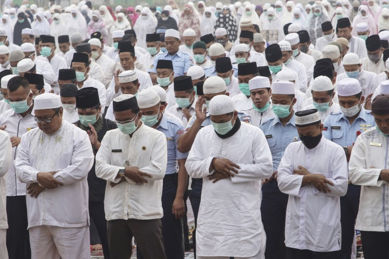 被火災煙霾壟罩的蘇門答臘島和婆羅洲島,有上千名穆斯林週三(11日)舉行祈雨活動。(美聯社)