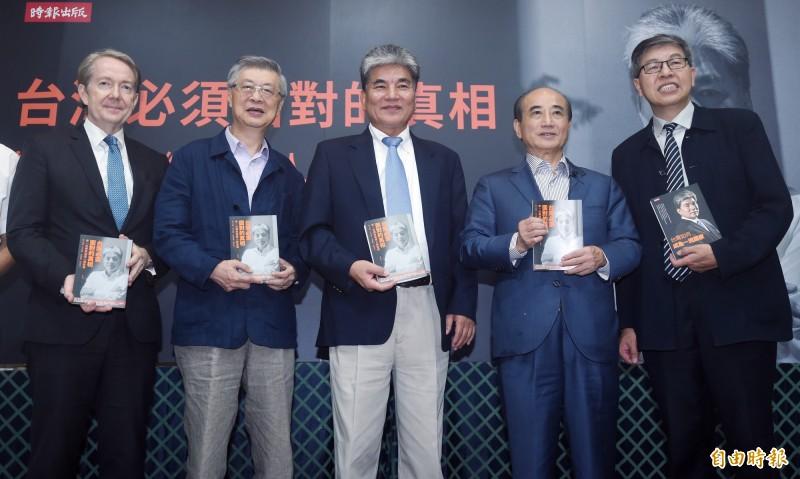 前行政院長陳冲(左二)、前立法院長王金平(右二)等人11日出席前內政部長李鴻源(中)「台灣必須面對的真相」新書發表會,與會來賓合影。(記者廖振輝攝)