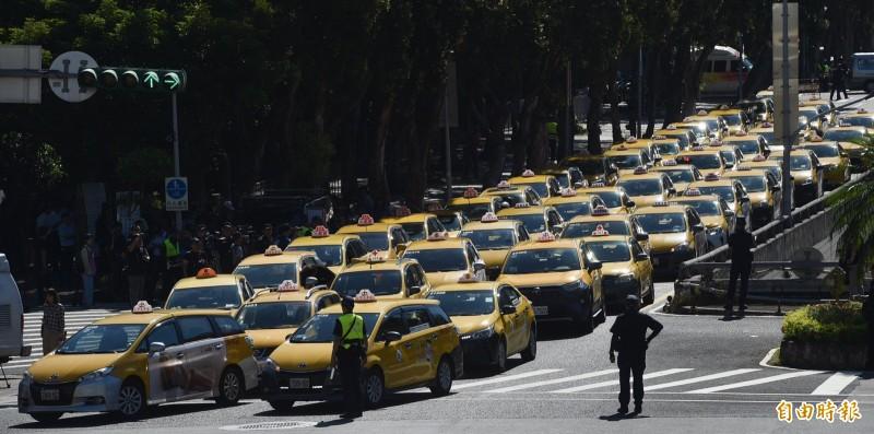 Uber條款執法上路剩不到1個月時間,交通部卻宣布會再給Uber司機一段緩衝期,此舉引發小黃司機不滿,11日上午串聯自發性慢行行政院周邊抗議,要求政府應如期嚴格執行。(記者方賓照攝)