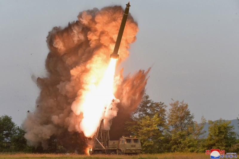 北韓昨日進行「大口徑多管火箭砲」試射。(美聯社)