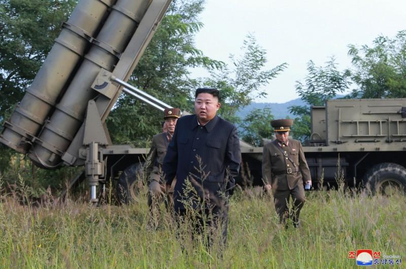 金正恩視察大口徑多管火箭砲試射。(美聯社)