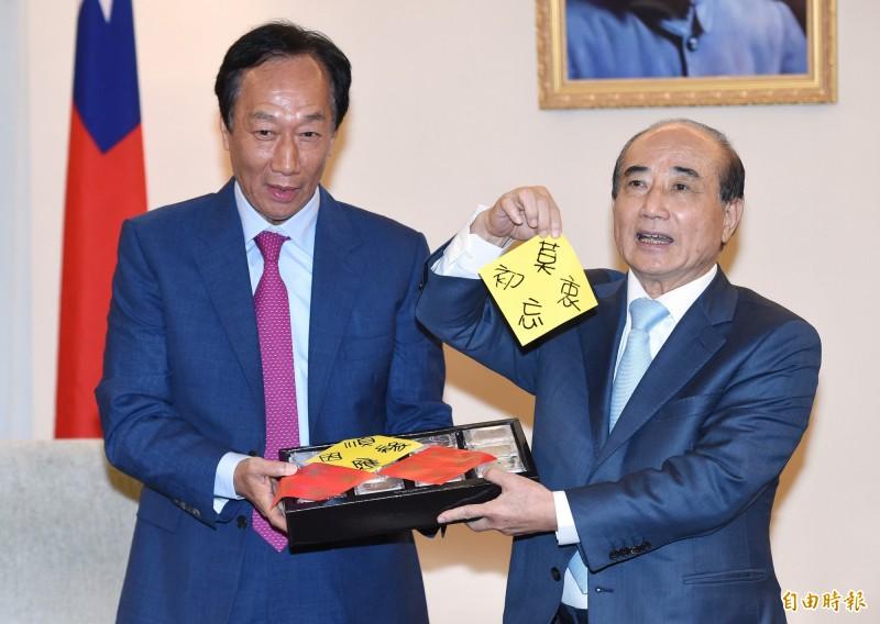 鴻海創辦人郭台銘(左)今拜會前立法院長王金平(右),郭送王月餅禮盒,裡面還有寫著「莫忘初衷」等字樣的多張紙條。(記者廖振輝攝)