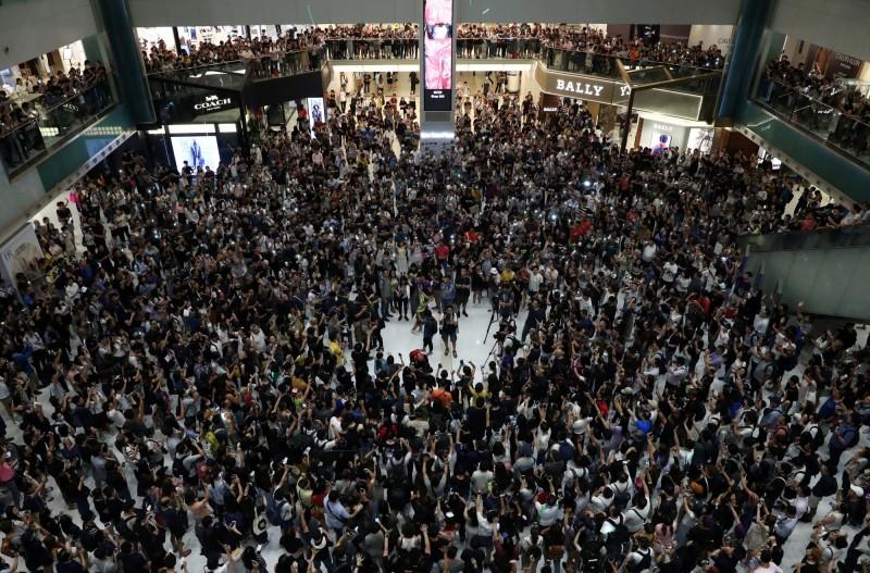 今日晚上在香港各區合唱《願榮光歸香港》的行動遍地開花。圖為沙田新城市廣場。(路透)