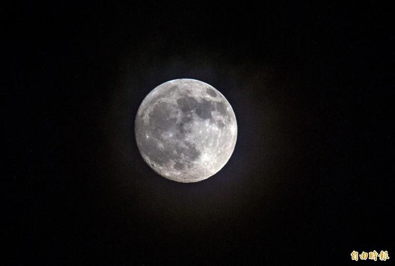 中央氣象局表示,中秋節桃園以南好天氣,都可清楚賞月。(資料照)