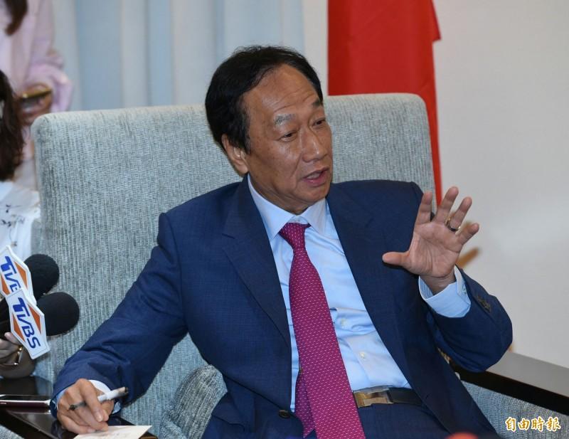 鴻海創辦人郭台銘(圖)7日上午與駐台的日本媒體茶敘時表示,「兩岸是兩個獨立的政治體」,對此,中國國台辦發言人馬曉光今天在例行的記者會上僅再度重申一個中國原則的「九二共識」。(記者廖振輝攝)
