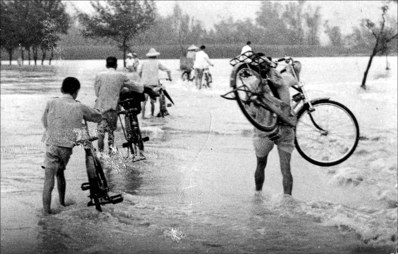 民雄老照片展中一張當年八七水災時災況的照片,是珍貴的影像紀錄。(中正大學提供)