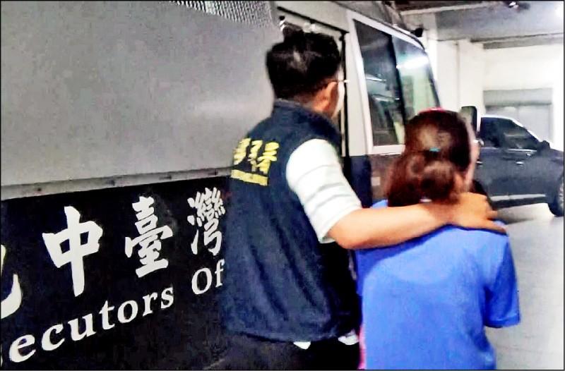 移民署專勤隊將阮姓婦人移送法辦。(記者吳俊鋒翻攝)