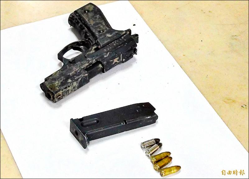 警方在巫男身上搜出1把改造手槍、彈匣內5顆子彈。(記者彭健禮攝)