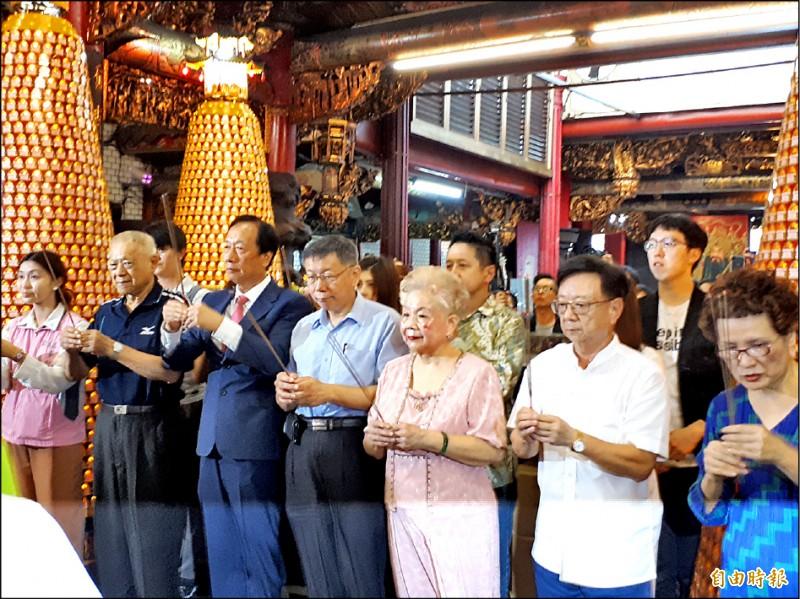 鴻海創辦人郭台銘昨與台北市長柯文哲赴新竹城隍廟上香。(記者洪美秀攝)