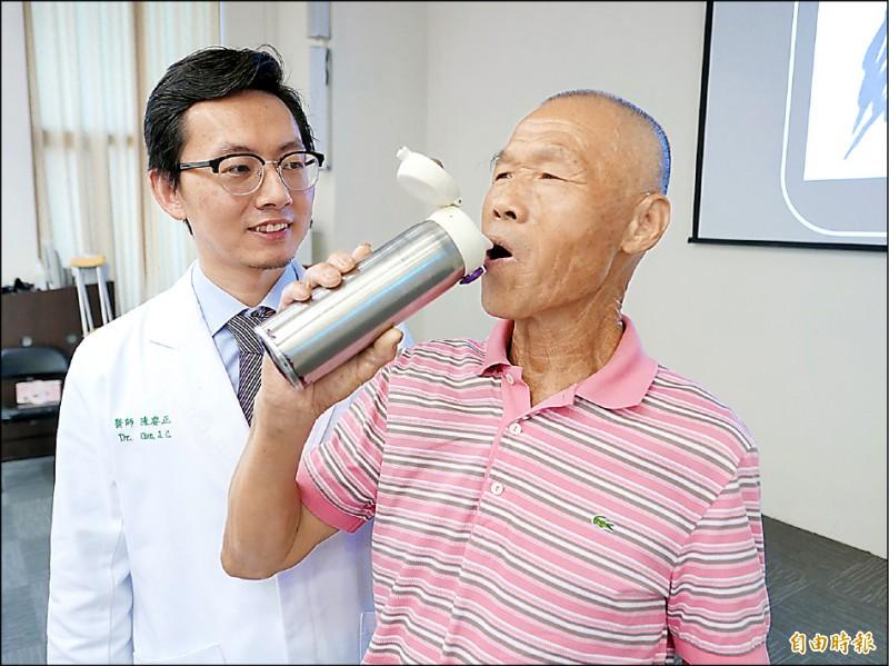 ▲周先生的雙手在術後不再顫抖,可以好好喝水。(記者蔡淑媛攝)