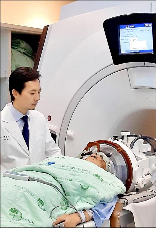 ▲聚焦超音波手術在磁振造影導引下,精準消融小腦的異常細胞。 (記者蔡淑媛翻攝)