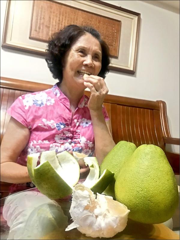 ▲柚子美味可口,但有服用抗凝血藥物的病患就不適合吃;圖為情境照,圖中人物與本文無關。(照片提供/郭志東)