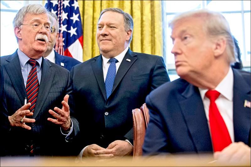 圖為波頓、美國國務卿龐皮歐(中)和川普今年二月在白宮。(美聯社檔案照)