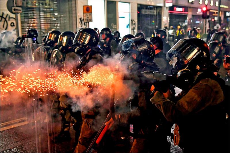 美國跨黨派國會議員提出新法案,擬禁止美國企業對香港出售催淚彈和橡膠子彈等「非致命性」鎮暴裝備,引發中國不滿。圖為香港鎮暴警察八月卅一日在軒尼詩道向「反送中」抗爭者發射催淚彈。 (法新社檔案照)