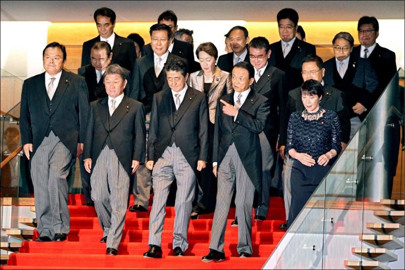 新內閣人事在首相官邸準備拍大合照。(美聯社)