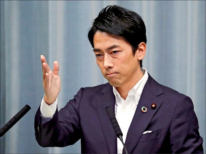 圖為小泉進次郎在首相官邸的記者會上發言。(路透)