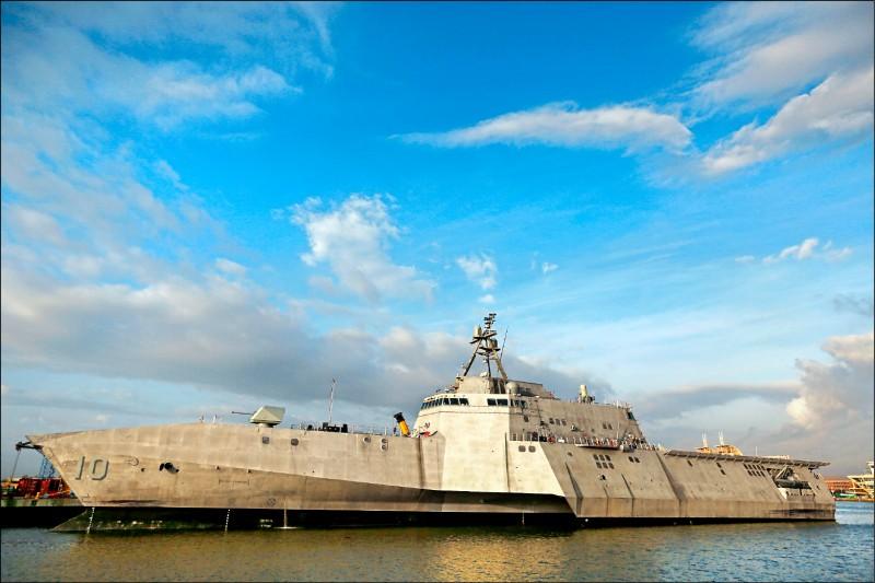 美國海軍已在印太地區部署近岸戰鬥艦「吉佛茲號」,艦上配備新型「海軍打擊飛彈」和協助偵察瞄準的無人直升機,可強化美軍在南海和相關海域制衡中國的能力。 (美聯社檔案照)