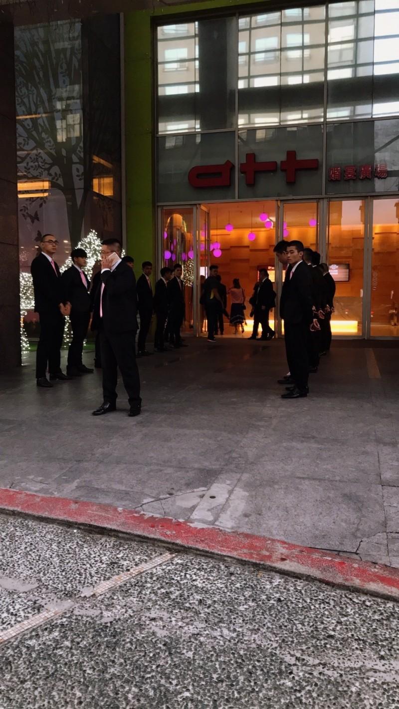 「鐵霸」曾盈富昨晚在北市忠孝東路5段「彩蝶宴」宴客,慶祝他50歲生日。(記者攝)