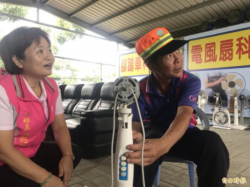 「鄉長電扇」的幕後功臣是清潔回收車的司機徐輝章(右)。(記者顏宏駿攝)