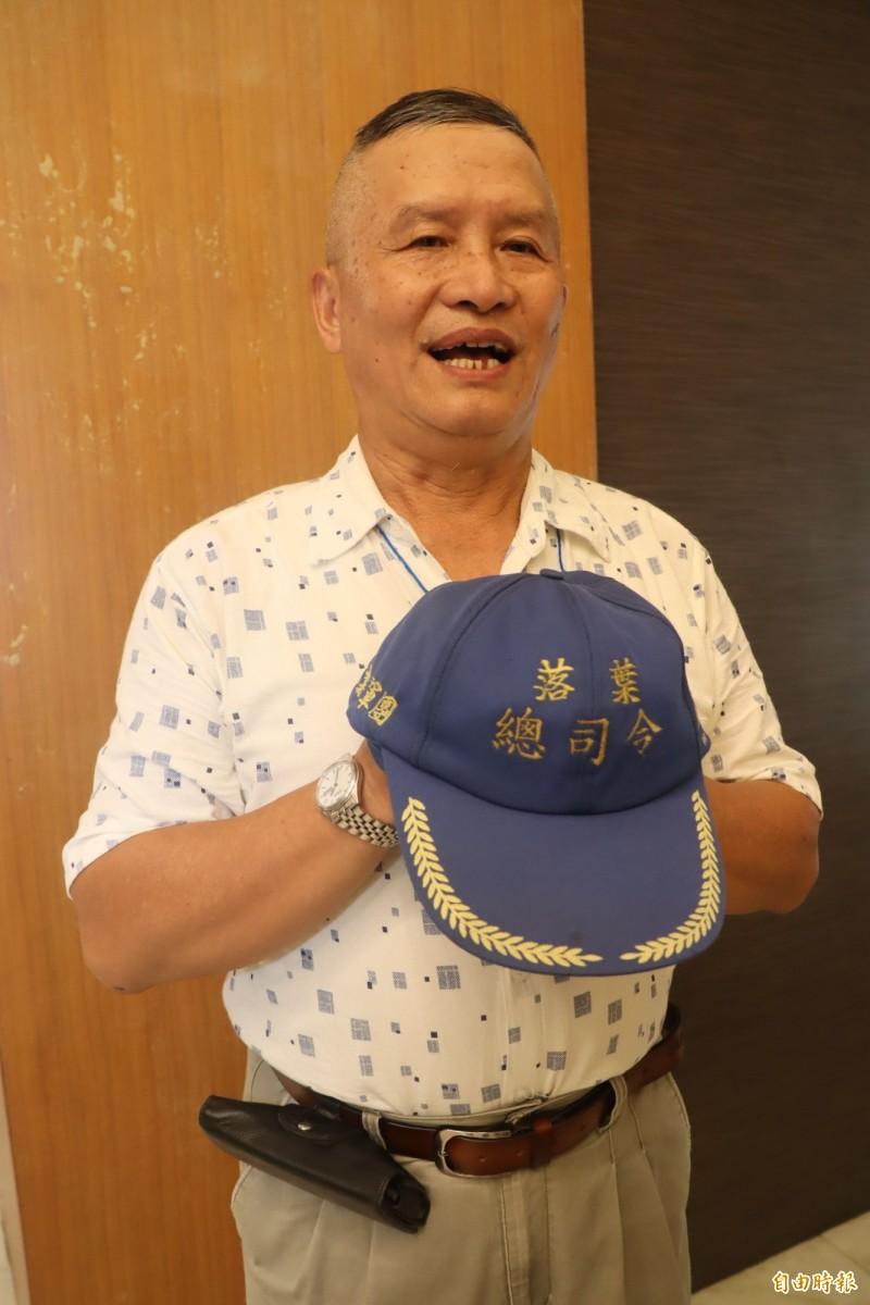 吳松賀被師生暱稱為「落葉總司令」。(記者黃旭磊攝)