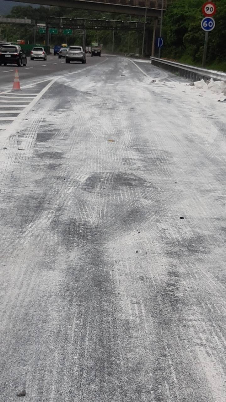佔用國道3號汐止段南下匝道的水泥包已逐漸清除完畢,後續將再用水車噴灑清洗。(圖由新北市交通局提供)