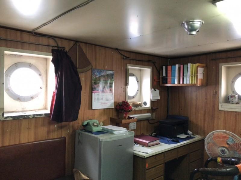 從北斗星號船艙內拍攝,發現窗戶是外方內圓、讓蔡嫌百口莫辯(記者楊政郡翻攝)