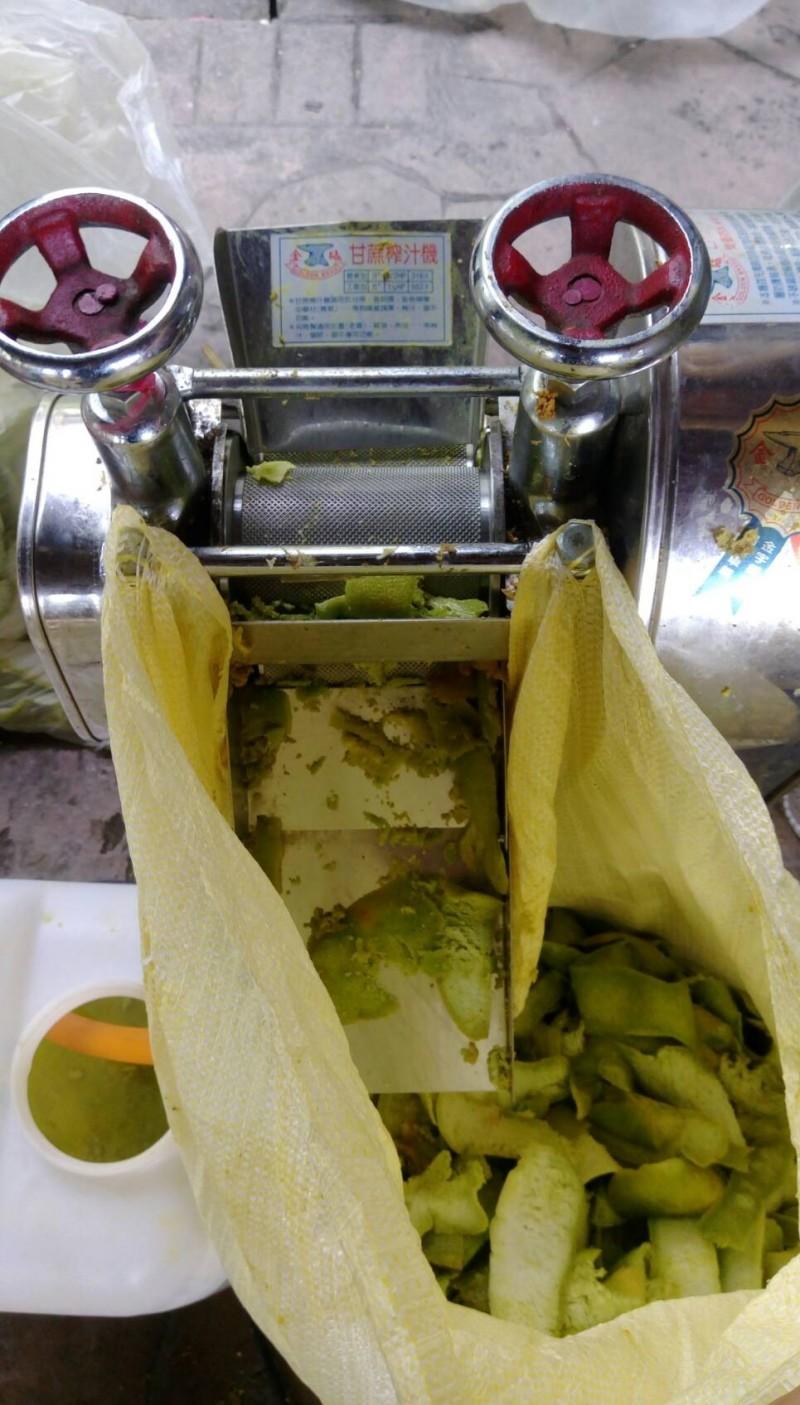 文旦柚的外皮將製作成精油。(農糧署東區分署提供)