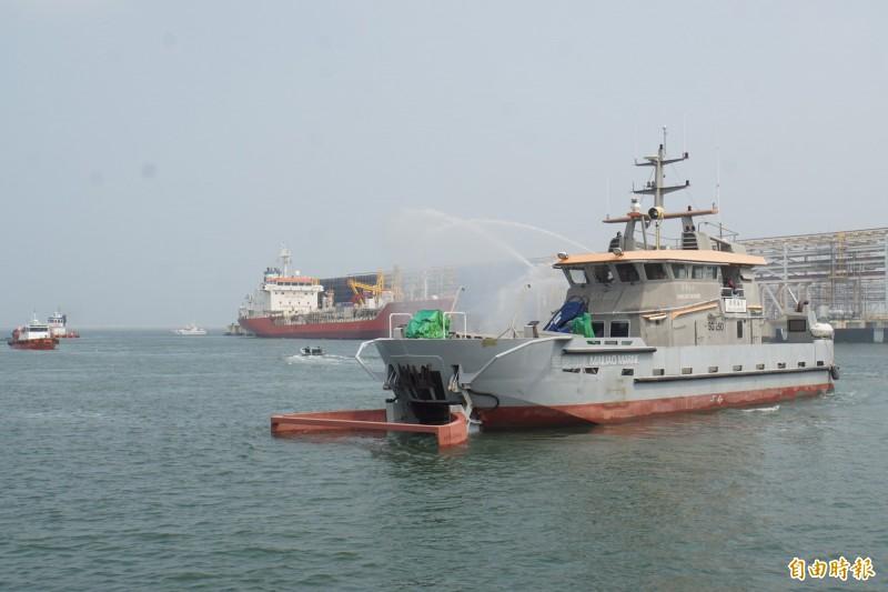 海洋除污船啟用清理油污作業。(記者詹士弘攝)