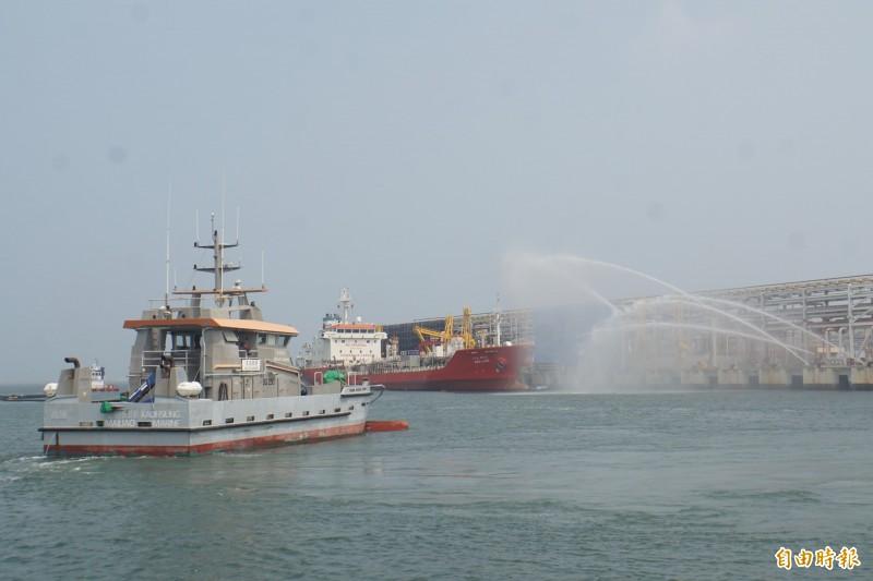 六輕毒化物洩漏實兵演練,陸上、水上強力水注灌救受災船隻。(記者詹士弘攝)