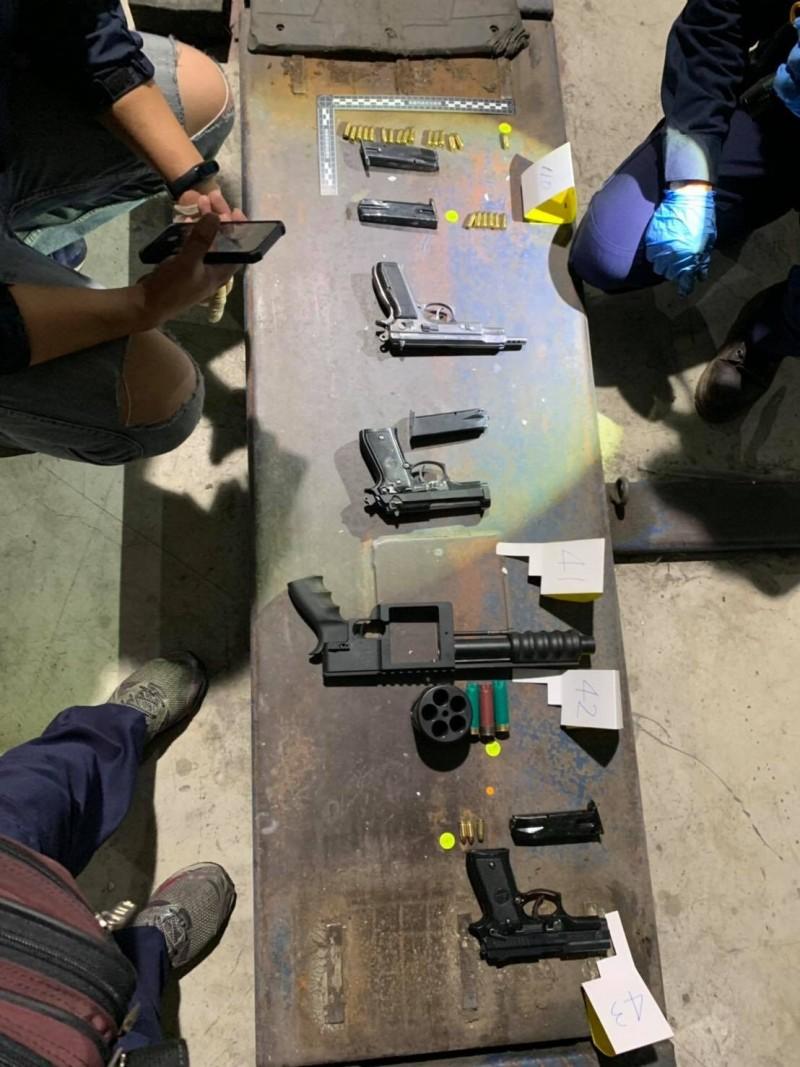 警方查獲謝姓男子持有大批槍彈。(記者周敏鴻翻攝)