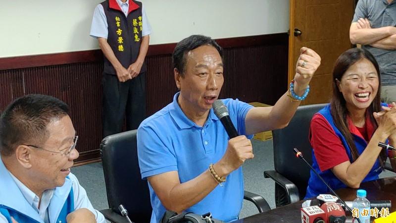 鴻海創辦人郭台銘宣布退黨,藍營基層憂心忡忡。圖為郭董於今年6月拜會南市議會國民黨團。(記者蔡文居攝)