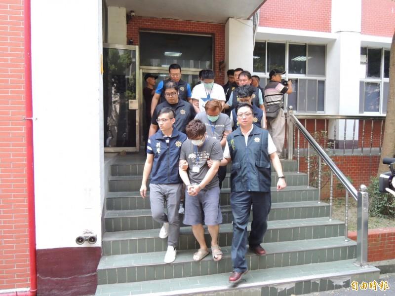 警方將陳姓男子等6人送辦。(記者彭健禮攝)