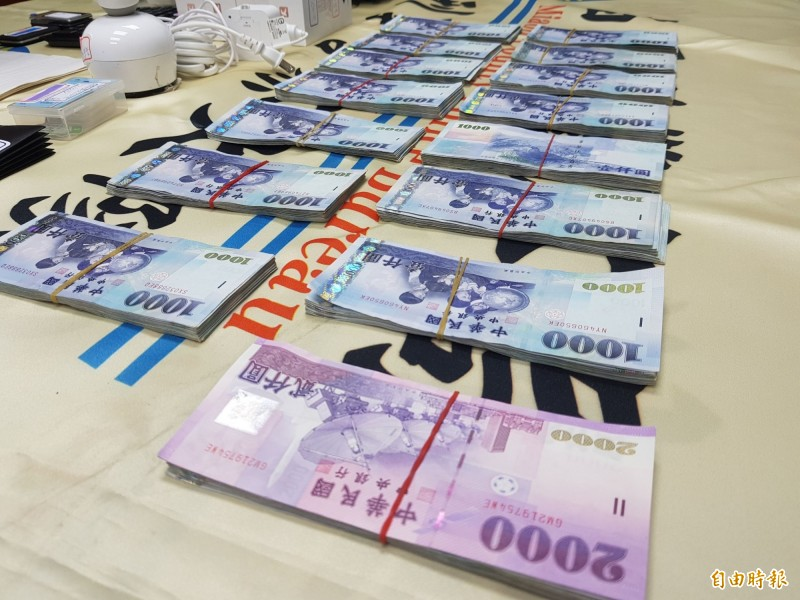 警方在主嫌陳男住處查扣60萬元現金。(記者彭健禮攝)