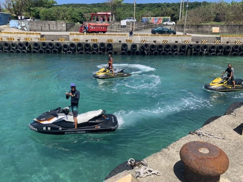 墾丁海域早上驚傳有潛客漂流,幸運被水上摩托車業者救起。(記者陳彥廷翻攝)