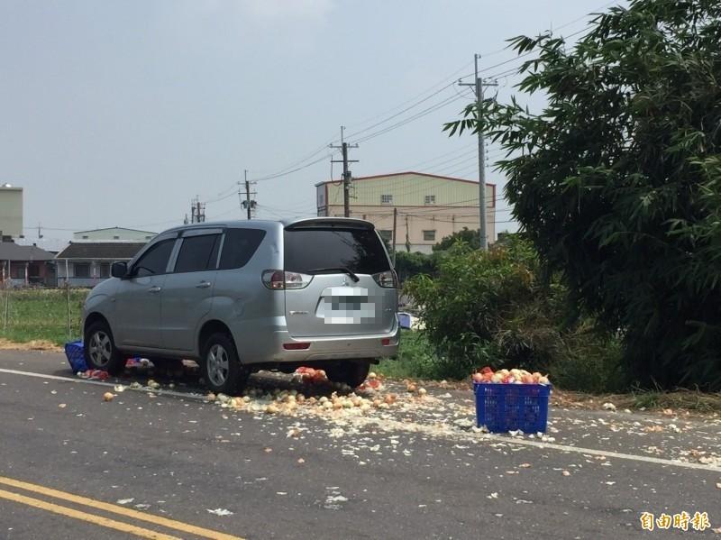 轉彎車上的洋蔥甩出去,對向車輛閃躲不及,直接撞上。(記者詹士弘攝)
