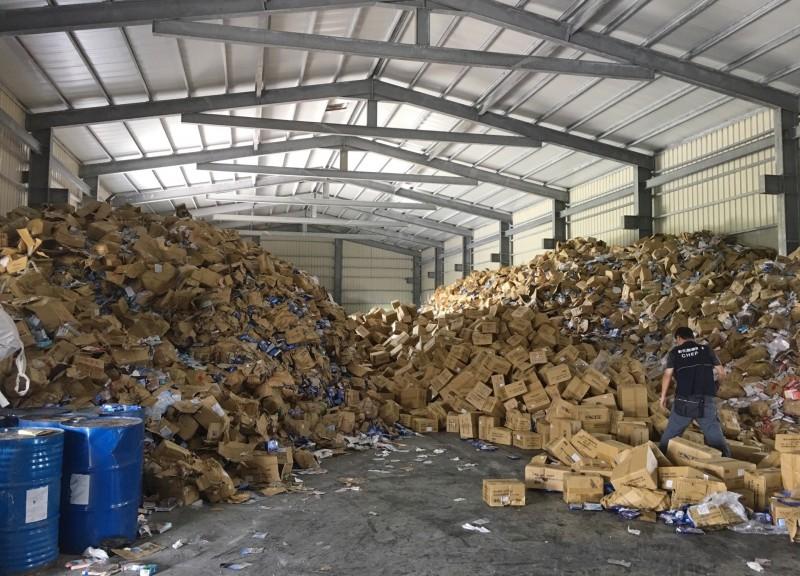 彰化地檢署查獲不法環保公司將報廢面膜轉贈,進而流入市面販售。(記者陳冠備翻攝)