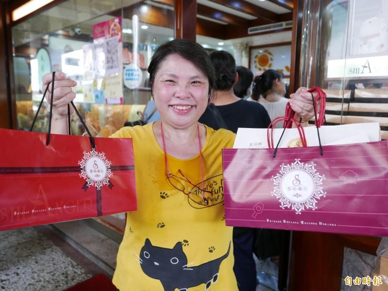 住台南的吳小姐特地來台中買蛋黃酥,排上3小時也甘願,終於買到非常開心。(記者蔡淑媛攝)