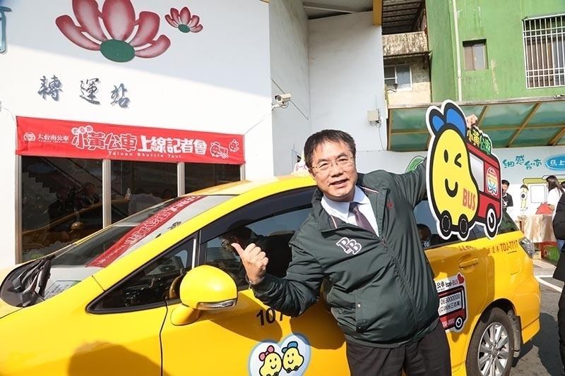 台南部分偏遠地區缺乏大眾運輸,黃偉哲市長上任後就推出小黃公車,因此被當地人稱呼為「小黃市長」。(台南市府提供)