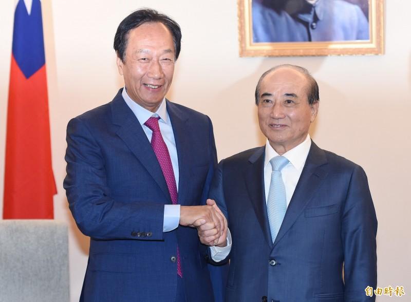 鴻海創辦人郭台銘(左)11日拜會前立法院長王金平(右),兩人會談交換國政意見。(記者廖振輝攝)