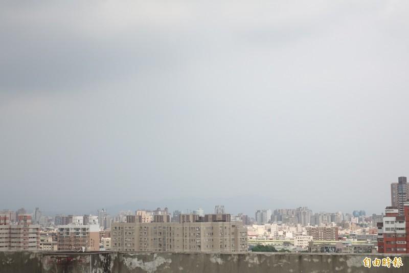 台中的天空霧茫茫。(記者廖耀東攝)