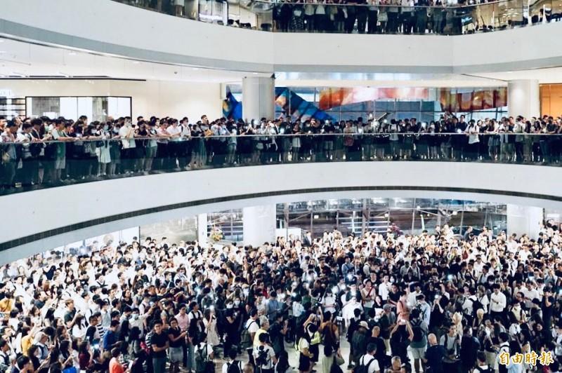延續昨(11)晚的熱潮,今日晚間香港各大商場再有大批市民聚集高唱《願榮光歸香港》以及高喊「反送中」口號。圖為IFC。(網友「我要買GTR」提供)
