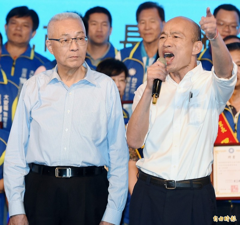 韓國瑜(右)在天下雜誌公布的首長施政滿意度中排名倒數第一。(資料照)